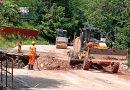 Apele au rupt DN 66 în mai multe locuri. Oamenii repară podurile