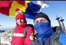Drapelul României arborat în Parâng, de un jandarm și un paramedic